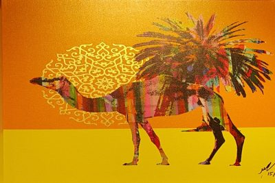 砂漠を歩くラクダとナツメヤシ
