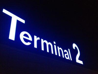 空港ターミナル2のロゴ