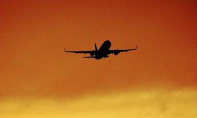 夕焼け空をバックに飛ぶ飛行機