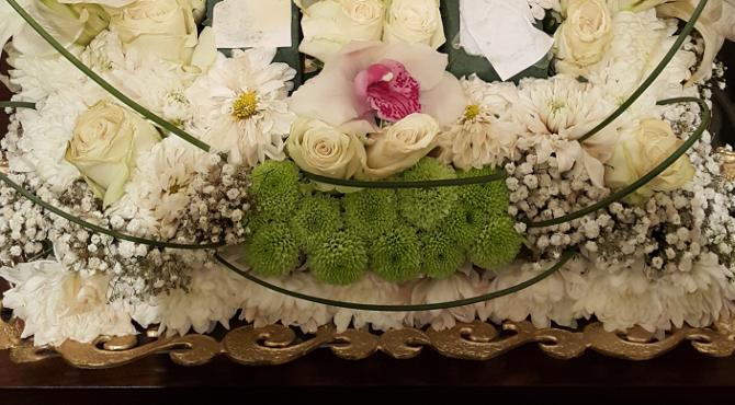 白いバラの花と菊の花の盛り花