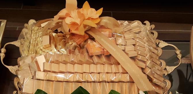 プレートに盛られた金色の紙に包まれたチョコレート