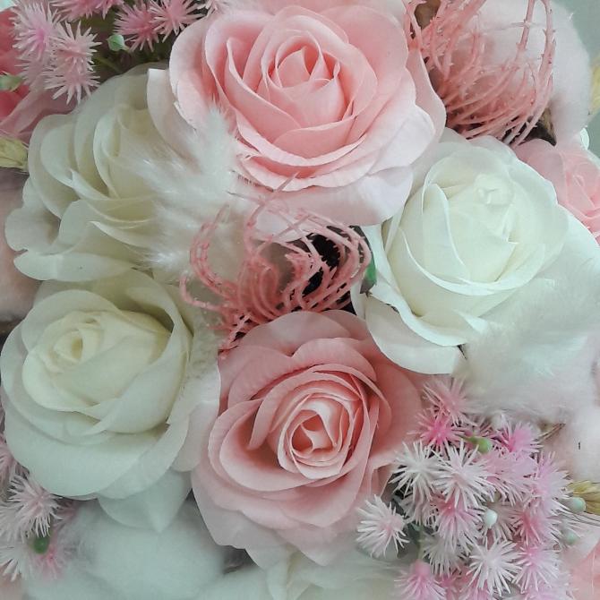 白とピンクのバラの花の盛り花