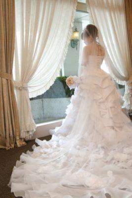 白いウエディングドレスの花嫁のうしろ姿