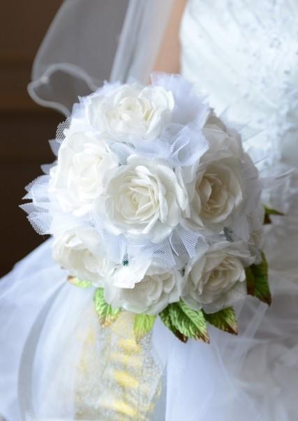 花嫁が手に持つ白いバラのブーケ