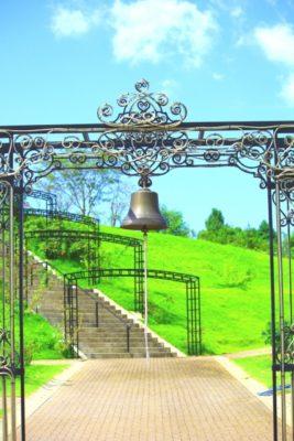 ガーデンに吊るされた幸せの鐘