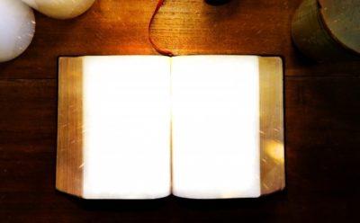 開かれた本に光が反射して中の文字が見えない状態