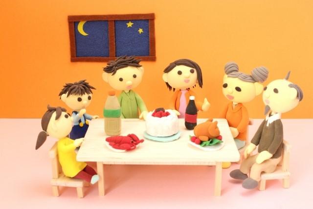 家族で誕生日パーティーをしているイラスト