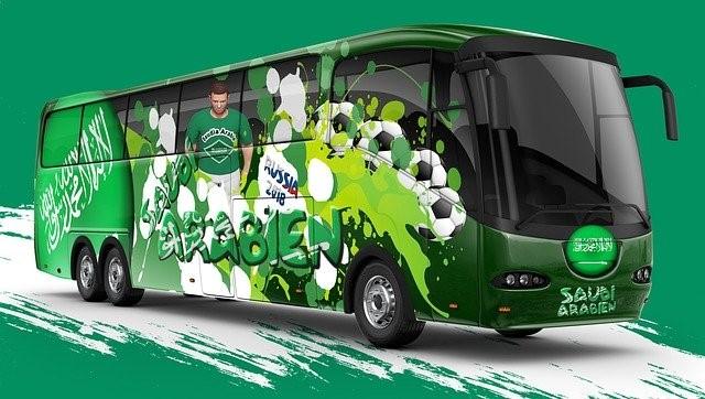 サッカー選手を載せた緑色のバス