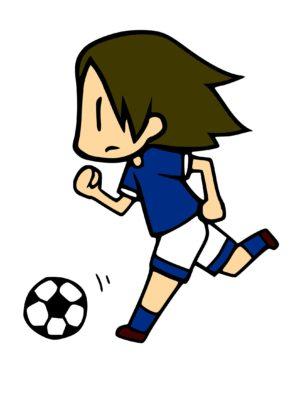 ボールを蹴ろうと走っているサッカー選手
