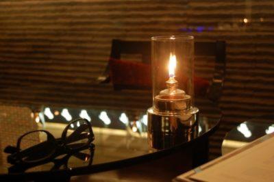 ラウンジにあるキャンドルの明かり