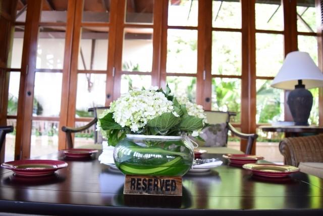 ラウンジの机においてある白い花のブーケ