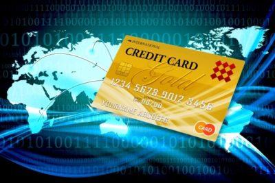 背景が世界地図の上においてあるクレジットカードのイラスト