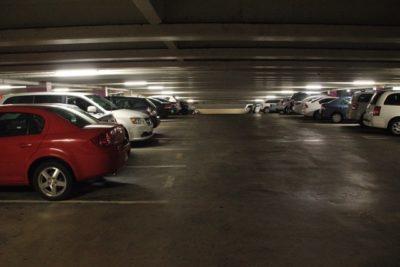 車がいっぱい止まっている地下駐車場